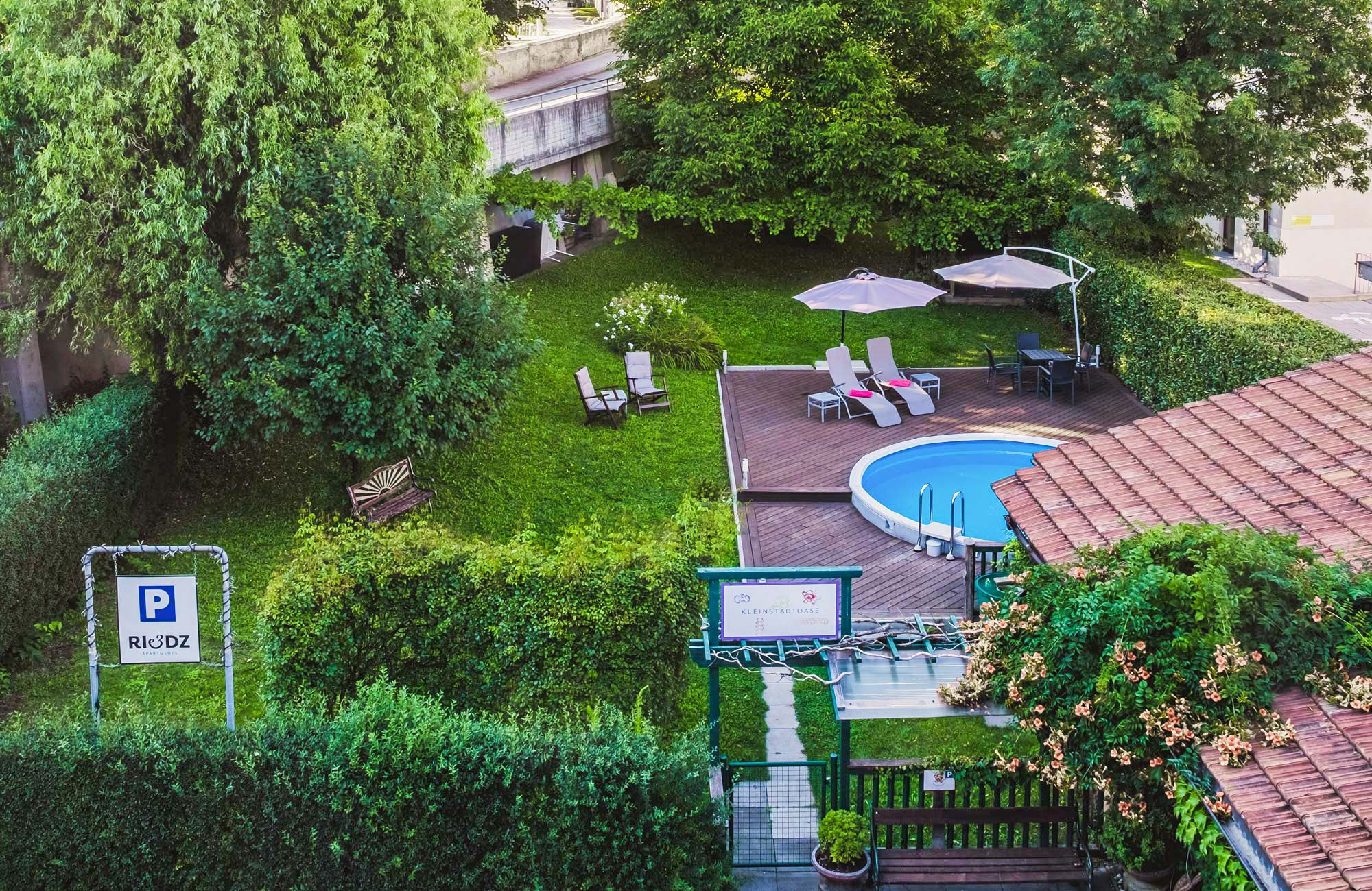 Garten und Pool im Riedz Apartments Innsbruck
